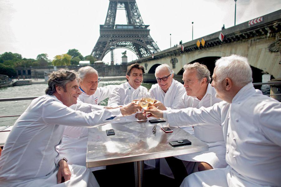 Sur la péniche du restaurant Ducasse-sur-Seine, champagne pour le clan des étoilés qui partageront avec leurs invités les « bouchées » de leur menu, le temps d'une croisière.