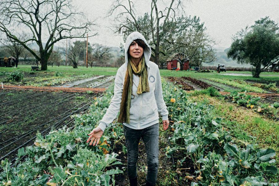 Entre les plants de courgettes dans sa maison de Sonoma Valley, une région réputée pour ses vignobles.