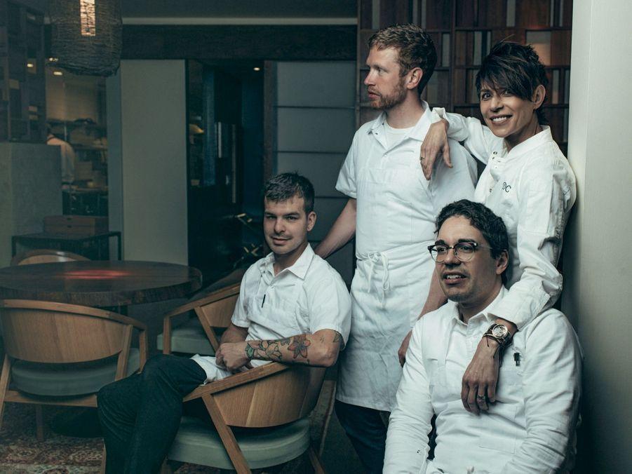 L'équipe gagnante : Jonny Black, chef exécutif (debout), et Juan Contreras, chef pâtissier (devant). Derrière, le chef boulanger Jacob Fraijo.
