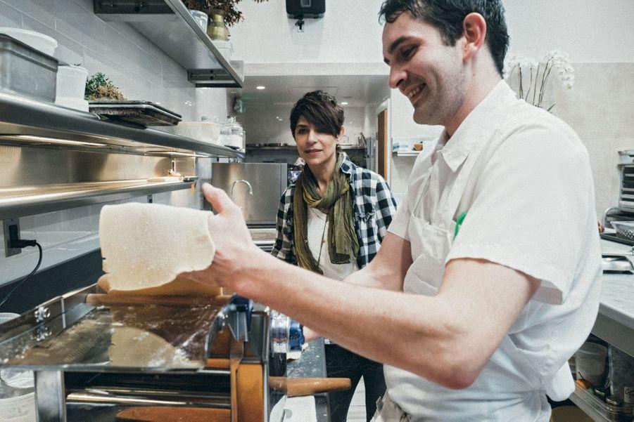 Avec Aodren Bronsard, pâtissier et breton… qui prépare une pâte de tartelette à la farine de riz.