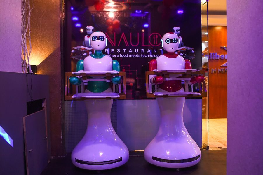 Les robots serveurs sont capables de prendre les commandes et de servir les clients.