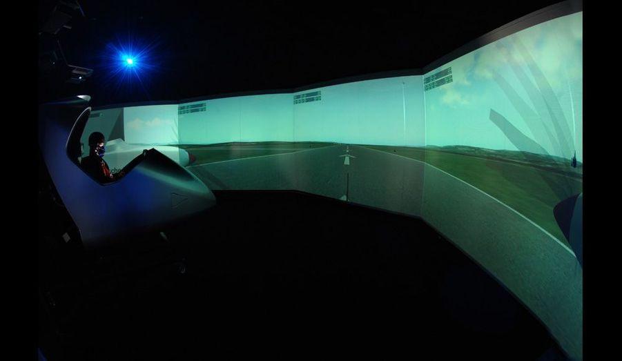 Le simulateur doit vérifier la capacité de l'avion à emmagasiner assez d'énergie solaire durant le jour pour continuer son vol de nuit.