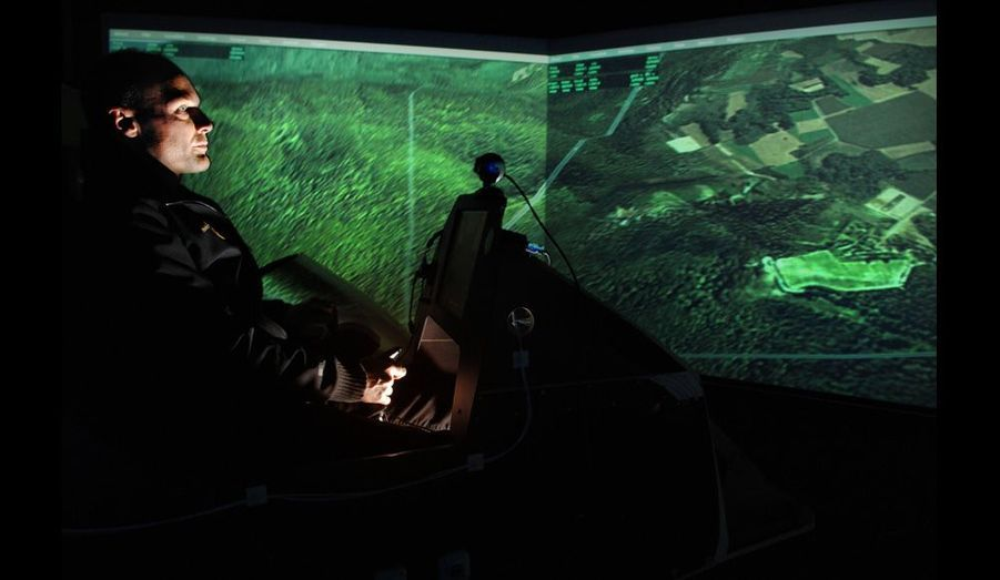 Bertrand Piccard en plein vol virtuel. Le simulateur lui permet d'optimiser le choix du parcours de vol.