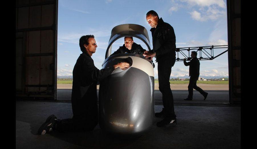 Bertrand Piccard, André Borschberg et Eric Raymond (qui a réalisé la traversée des Etats-Unis à bord du «Sunseeker» en 1990) autour du cockpit.