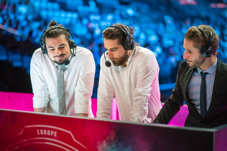 """De gauche à droite :Charles """"Noi"""" Lapassat ,Fabien """"Chips"""" Culié etRim-Raimon Amanieu alias """"Nono"""". Ils commentent les matches de League of Legends."""