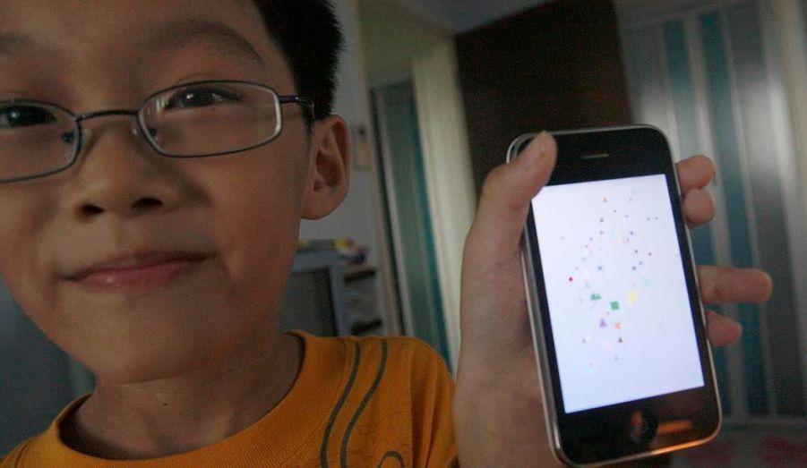 """Lim Ding Wen, petit Malaisien âgé de 9 ans et habitant Singapour, a créé Doodle Kids, un logiciel de dessin à destination des i-Phone de Apple. Plus de 4000 personnes ont déjà téléchargé le logiciel, qui permet de dessiner en passant son doigt sur l'écran tactile, et d'effacer sa création en secouant le téléphone. En dépit de sa prouesse, Lim Ding Wen reste humble, et explique avoir créé Doodle Kids pour ses petites soeurs, qui """"aiment beaucoup dessiner"""". Il a commencé à programmer à l'âge de 2 ans, en est à sa vingtième création, et maîtrise déjà six langages de programmation."""