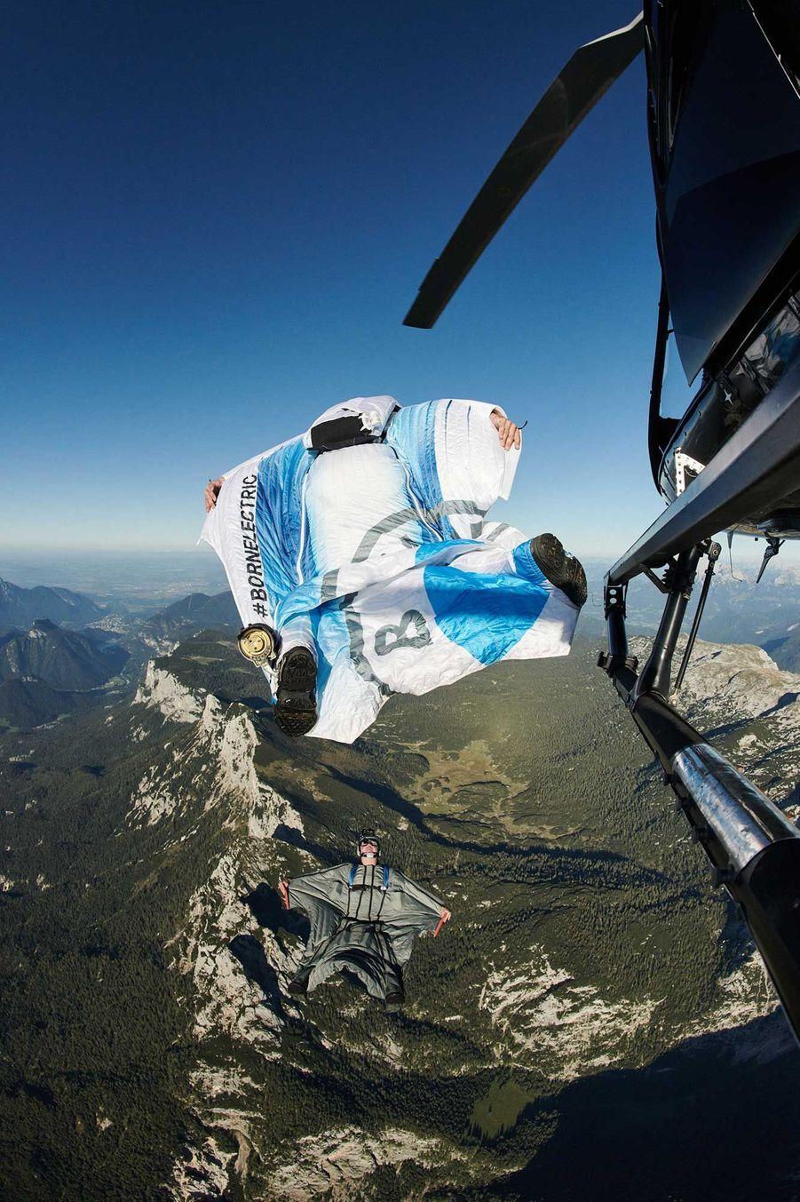 PeterSalzmann en vol au-dessus des Alpes avec son wingsuit électrique élaboré avec BMW.