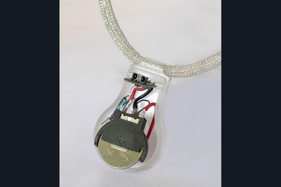 """Le collier """"PULSE"""" imaginé par la Nasa pour éviter la propagation du Covid-19."""