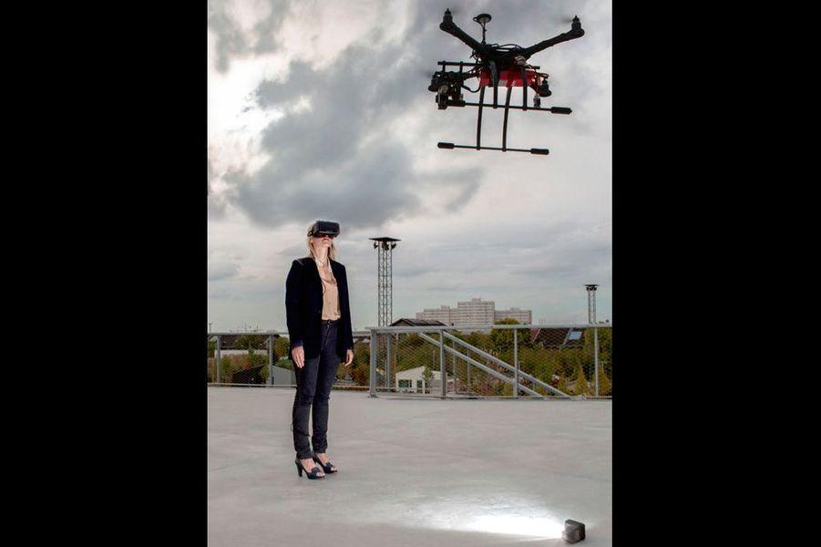 Ce casque 3D affole la Silicon Valley. En avril 2014, Mark Zuckerberg, le P-DG de Facebook, rachète la société Oculus VR pour un montant estimé à 2 milliards de dollars. Le casque Oculus Rift est encore un prototype. C'est une histoire comme on les aime sur la côte ouest : le premier modèle a été créé il y a trois ans par un Californien de 19 ans, Palmer Luckey, fan de jeux virtuels. A Paris, on pouvait le tester pendant quelques jours dans le futur quartier des Batignolles modélisé en 3D. On s'y balade en levant les yeux vers les penthouses les plus chics et on vole plus que l'on ne marche ! Les ingénieurs travaillent la stabilité pour un futur équilibré dans lequel on imagine les jeux les plus fous et une modélisation fidèle du réel avec le concours des drones. Bientôt, on pourra vivre des aventures extra-réelles chez soi. Le modèle grand public devrait être commercialisé en 2015. oculus.com, betabedrone.jimdo.com.