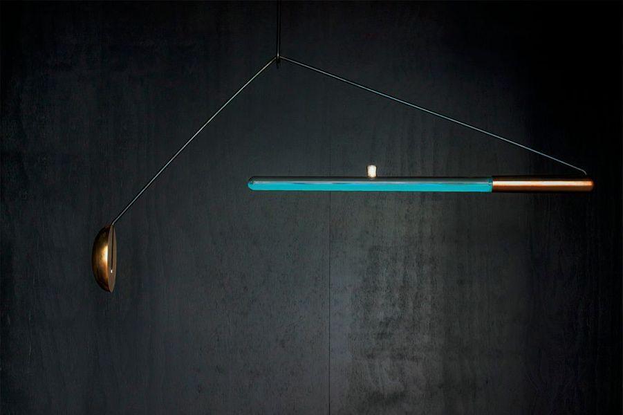 Jules Verne en a rêvé, Teresa van Dongen l'a fait. Diplômée en 2014, avec les félicitations du jury, de la célèbre école de design néerlandais d'Eindhoven, elle a créé la lampe Ambio avec les particules luminescentes du poulpe, sans électricité : la designer utilise des micro-organismes collectés sur l'animal. Ils s'éclairent à la suite d'un mouvement et au contact de l'oxygène. La matière première est fournie par deux étudiants chercheurs B.M. Joosse and R.M.P. Groen de l'université de technologie de Delft. Ambio est en phase de test : maintenir en vie et en bonne santé cet écosystème relève encore du challenge. Les trois jeunes gens y travaillent d'arrache-pied. teresavandongen.com.