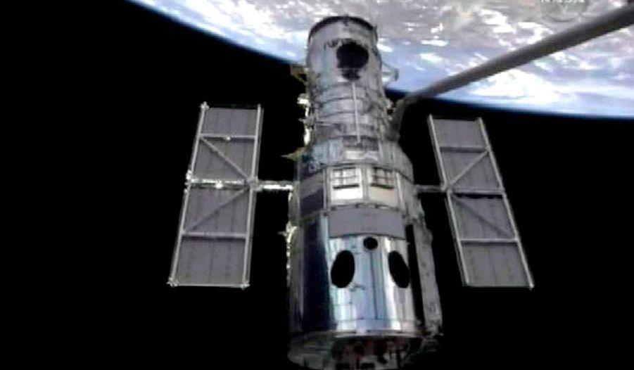 """Les astronautes d'Atlantis ont sorti le téléscope spatial Hubble de son orbite, mercredi, et l'ont arrimé à la navette pour effectuer une série de réparations et d'opérations d'entretien. """"Houston, Atlantis. Hubble est arrivé à bord d'Atlantis"""", a annoncé Altman dans une communication radio avec le centre de contrôle au sol. Cette mission est la 5e et dernière organisée par la Nasa et elle devrait permettre de maintenir Hubble en état de fonctionnement jusqu'en 2014, date à laquelle il sera remplacé."""