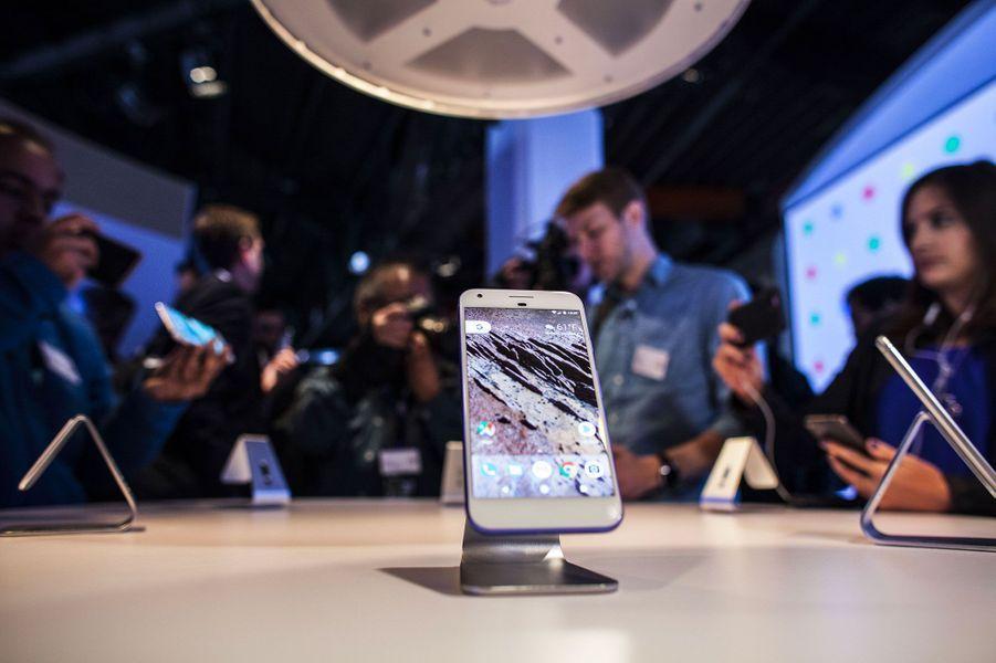 Il est doté du système d'exploitation Android Nougat
