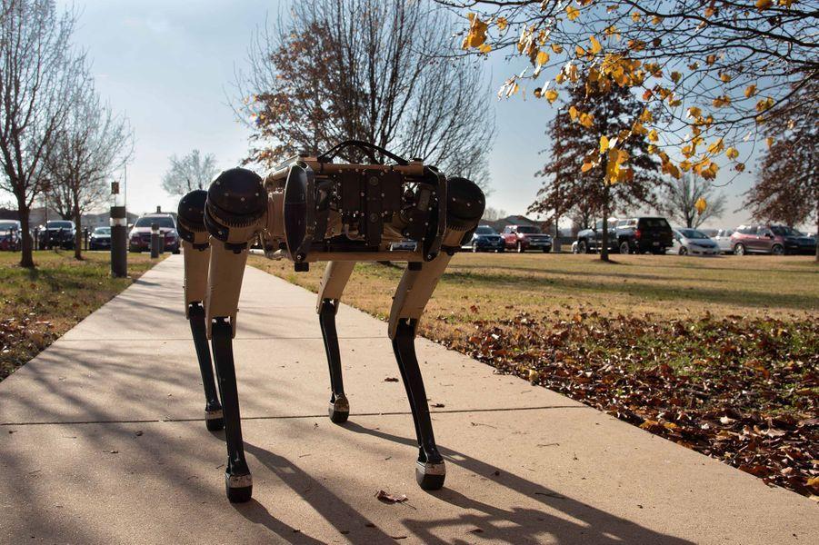 Le robotVision 60 au côtés dans soldats de l'US Air Force à laScott Air Force Base, dans l'Illinois.