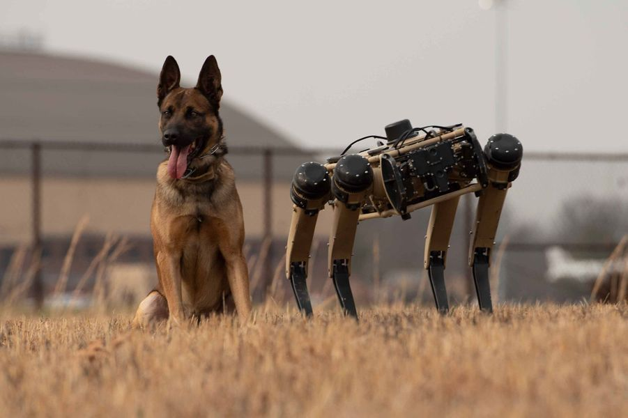 Le robot Vision 60 au côtés dans soldats de l'US Air Force à la Scott Air Force Base, dans l'Illinois.