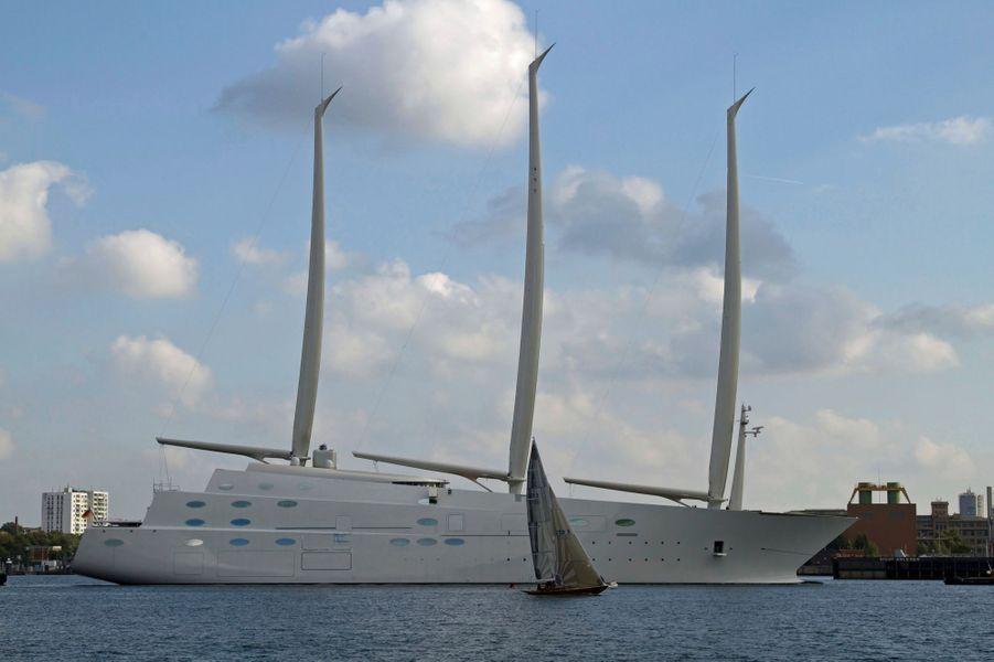 Première sortie du nouveau « A » dans le canal de Kiel. Un voilier de 9 mètres, qui le remonte sur tribord, donne l'échelle.