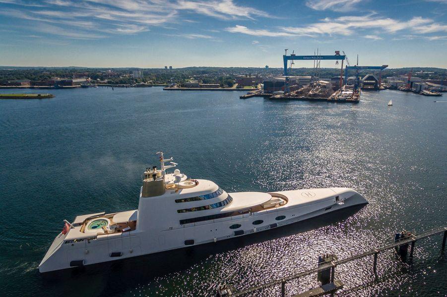 Le 24 août, Andrey Melnichenko s'est rendu à Kiel à bord du « A » pour contrôler l'achèvement de son nouveau yacht à voile (au fond, sous le portique).