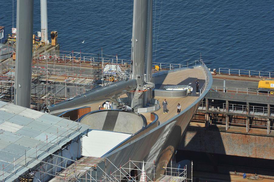 Pont principal, 24,88 mètres de large. Le grand mât de carbone culmine à 100 mètres : record du monde.