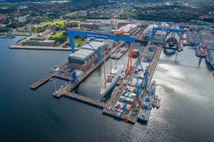 Le voisin de quai sur le chantier du groupe Privinvest à Kiel : une frégate algérienne, à peine plus impressionnante. Le magnat Andrey Melnichenko a baptisé son nouveau yacht « A » pour qu'il apparaisse en premier dans les registres maritimes.