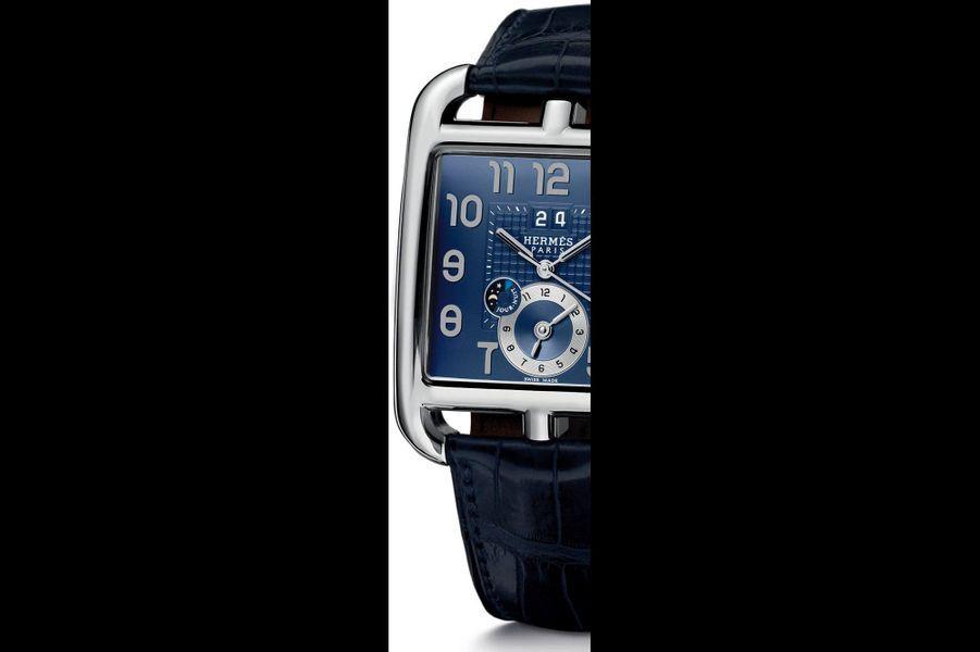 Référence du département horloger de la maison Hermès, la Cape Cod GMT s'en va parcourir le monde. Son cadran affiche un second fuseau horaire dans le compteur situé à 6 heures, couplé à un petit disque d'information jour/nuit. Les différents réglages s'effectuent par la couronne. Boîtier en acier (36,5 x 35,4 mm), mouvement mécanique automatique, grande date, sur bracelet en alligator mat du même indigo que le cadran. 5 700 euros.