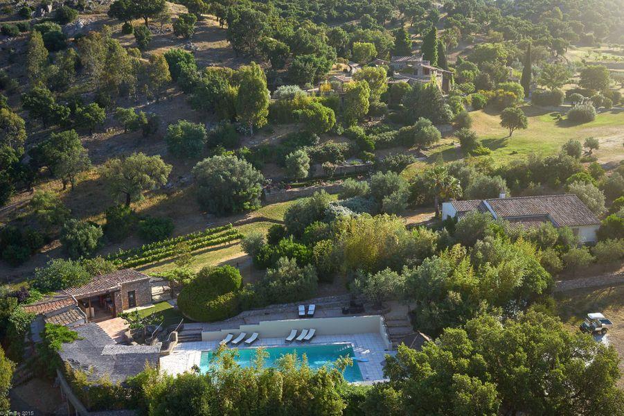 Sur un terrain en pente douce, des jardins soigneusement aménagés de vignes, d'oliviers, d'un jardin potager, d'une multitude de fontaines et de deux piscines: l'une grande, entourée de sable avec son propre bar de plage et l'autre, plus petite. Et même un parcours de skateboard.