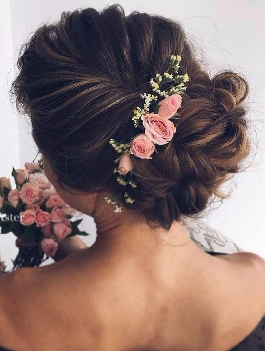 Un chignon avec une broche de fleurshttps://www.pinterest.fr/pin/628252216738009849/