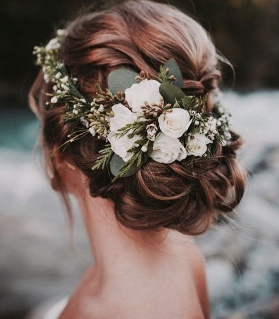 Un chignon avec une couronne de fleurshttps://www.pinterest.fr/pin/268949408975685924/