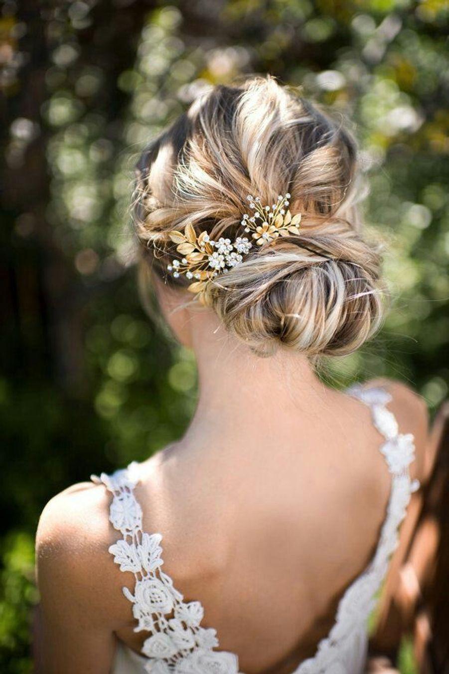 Un chignon avec un bijou de cheveuxhttps://www.pinterest.fr/pin/362117626280325390/