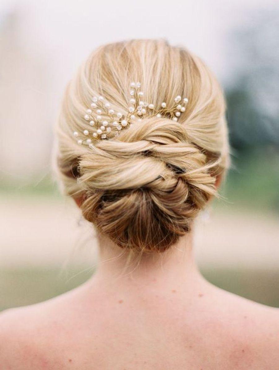 Un chignon avec une broche en perles nacréeshttps://www.pinterest.fr/pin/309270699391988921/