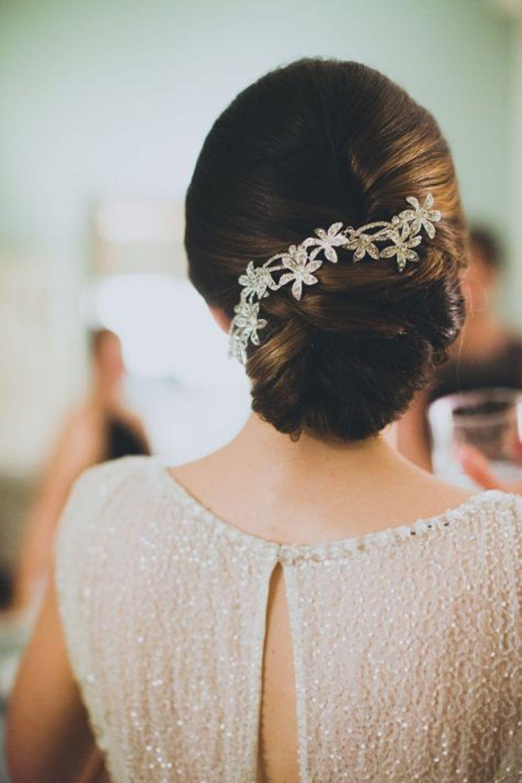 Un chignon avec une broche de cheveuxhttps://www.pinterest.fr/pin/289426713535674691/