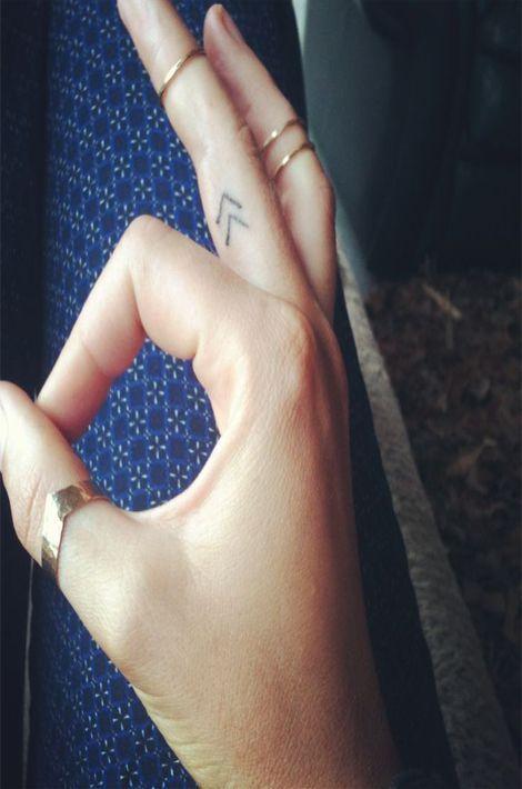 La zone est petite donc de fait, le tatouage est également petit. La peau étant fine, ça fera mal mais pas pour longtemps!https://www.pinterest.com/pin/198721402284775262/