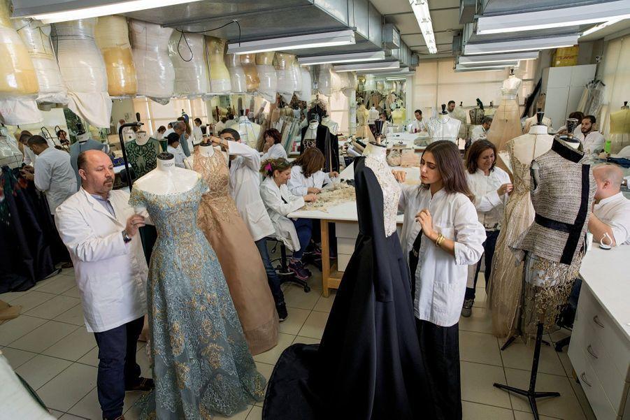L'atelier haute couture en pleine effervescence à deux semaines du défilé parisien. Suspendus, les bustes aux mensurations des clientes.