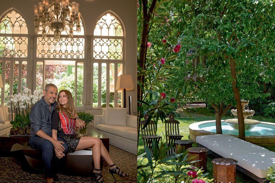 Avec sa femme, Claudine, chez lui à Gemmayzé, le plus vieux quartier de Beyrouth. Sa vision du paradis : une fontaine orientale, des orangers, des bananiers, des lauriers-roses et des jasmins.
