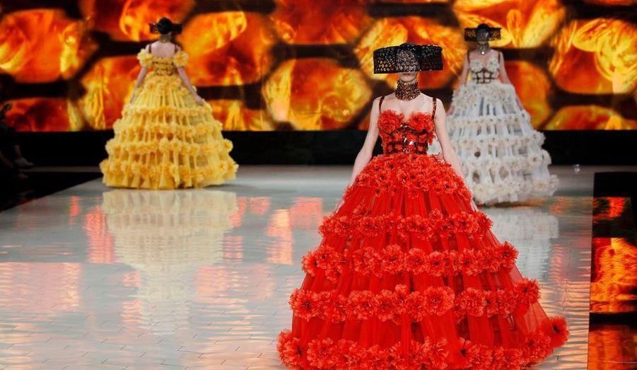 """Sarah Burton a présenté mardi sa collection prêt-à-porter printemps-été 2013 pour Alexander McQueen. Fidèle à l'extravagance de la marque, la créatrice anglaise a misé sur un univers bien particulier: celui des abeilles. Au rythme du bourdonnement de la ruche, les mannequins ont défilé vêtues de robes corsetées en écailles et brodées de fleurs. Coiffées de chapeaux d'apiculteurs remis au goût du jour, elles ont présenté des tailleurs aux motifs """"nid d'abeille"""" et des pantalons en résille noir. De quoi nous réconcilier avec les insectes."""