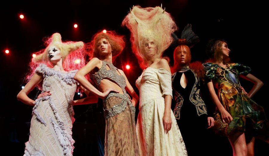 Depuis 30 ans, les coiffeurs s'engagent pour la recherche contre la leucémie en organisant un impressionnant défilé. Dimanche soir, ces magiciens du cheveu se sont retrouvés au Royal Albert Hall de Londres et ont présenté leurs créations, toutes plus originales les unes que les autres.