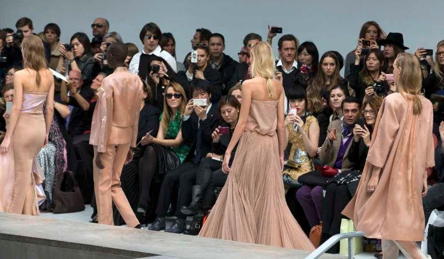 Anne Valerie Hash a présenté ce jeudi sa collection de prêt-à-porter Printemps-Eté 2013 à Paris. Une ligne dans les tons nude, d'une élégance épurée rare.