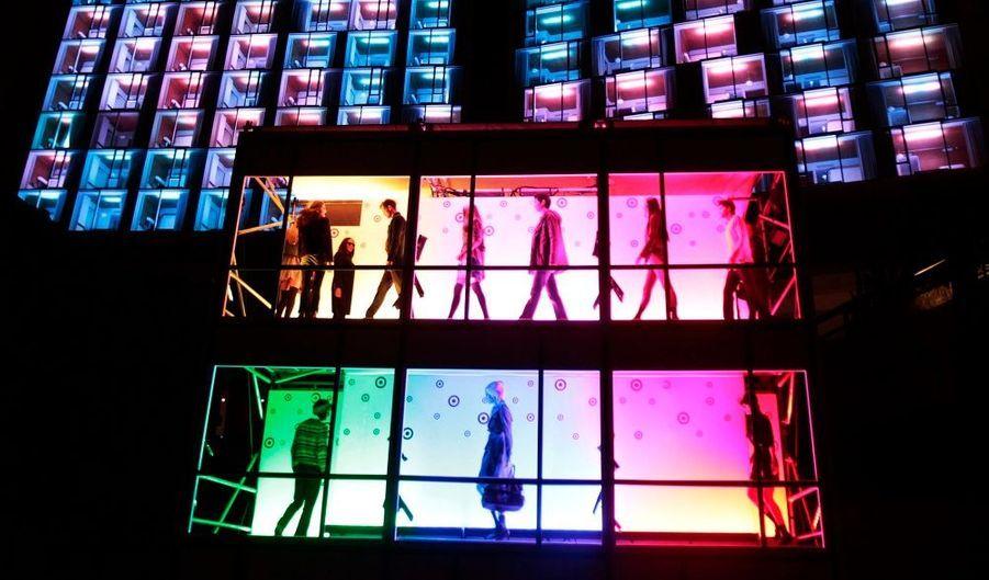 """Les mannequins présentent la collection automne-hiver 2010 de Target dans l'installation lumineuse du """"Kaleidoscopic Fashion Spectacular"""", devant l'hôtel The Standard de New York, hier."""
