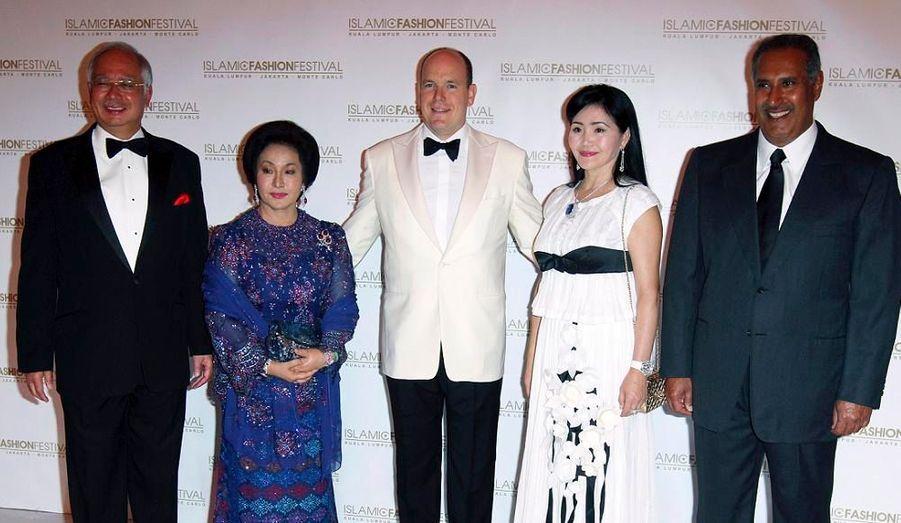 Pour le festival de mode islamique à Monte Carlo, de nombreuses personnalités politiques du monde étaient présentes. Ainsi, étaient réunis le Premier ministre malaisien Najib Razak et sa femme, Maira Nazarbarev du Kazakhstan, le Premier ministre du Qatar Sheikh Hamad et le prince Albert II de Monaco.