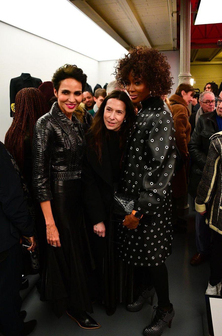 Farida Khelfa et Naomi Campbellà l'exposition consacrée aux créations d'Azzedine Alaïa, à Paris, le 20 janvier 2019.