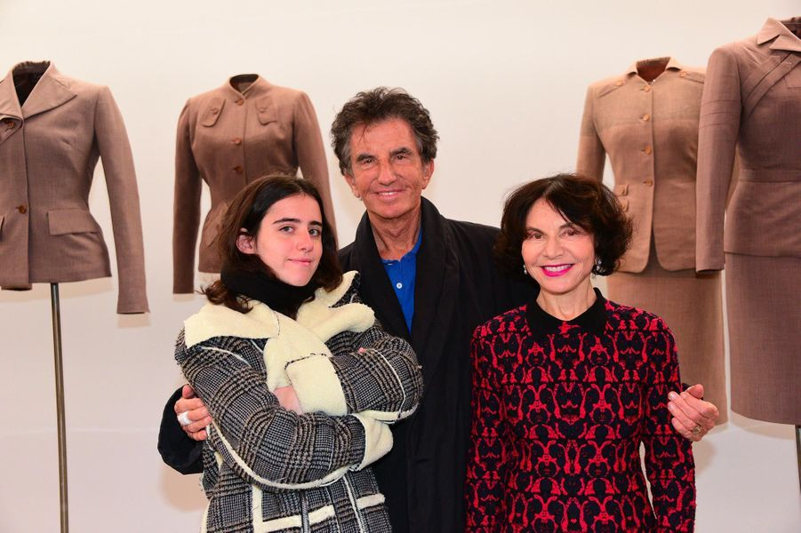 Jack Lang, avec son épouse Monique et leur petite-fille Annaà l'exposition consacrée aux créations d'Azzedine Alaïa, à Paris, le 20 janvier 2019.