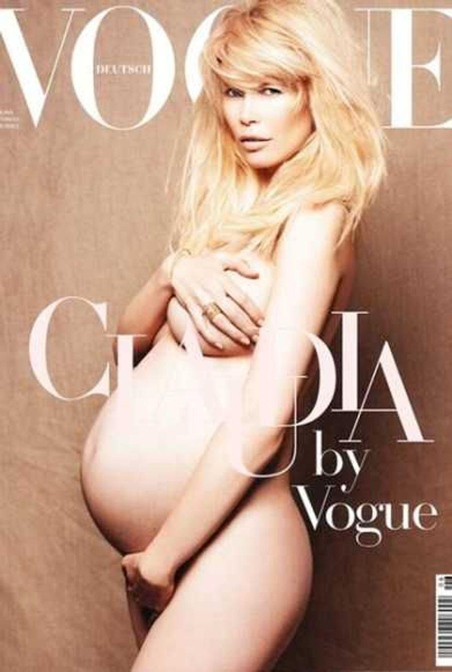 Claudia Schiffer en juin 2010, enceinte de son troisième enfant, Cosima Violet, en Une du Vogue allemand.