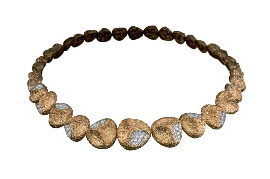 Collier graines d'eucalyptus en or, platine et diamants, créé à la fin des années 1960 par Van Cleef & Arpels.