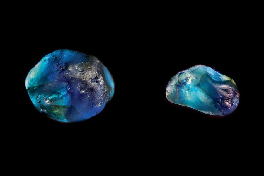 Saphirs de 93,5 et 31,6 carats découverts en Auvergne en 2018.