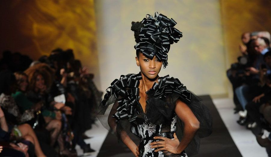 La première Black Fashion Week de Paris s'est terminée samedi soir par un défilé au pavillon Cambon Capucines, dans le 1er arrondissement. Au total, 16 stylistes, issus d'une douzaine de pays, ont présenté leurs collections éclectiques et originales pendant les trois jours de l'évènement.