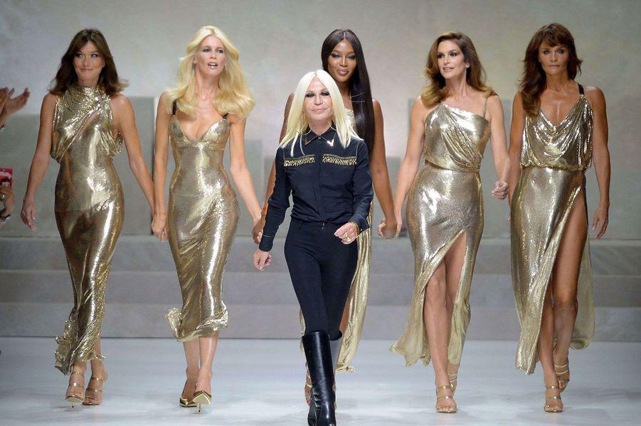 Carla Bruni, Claudia Schiffer, Naomi Campbell, Cindy Crawford et Helena Christensen, accompagnéesdeDonatella Versace, sur le podium du défilé Versace.