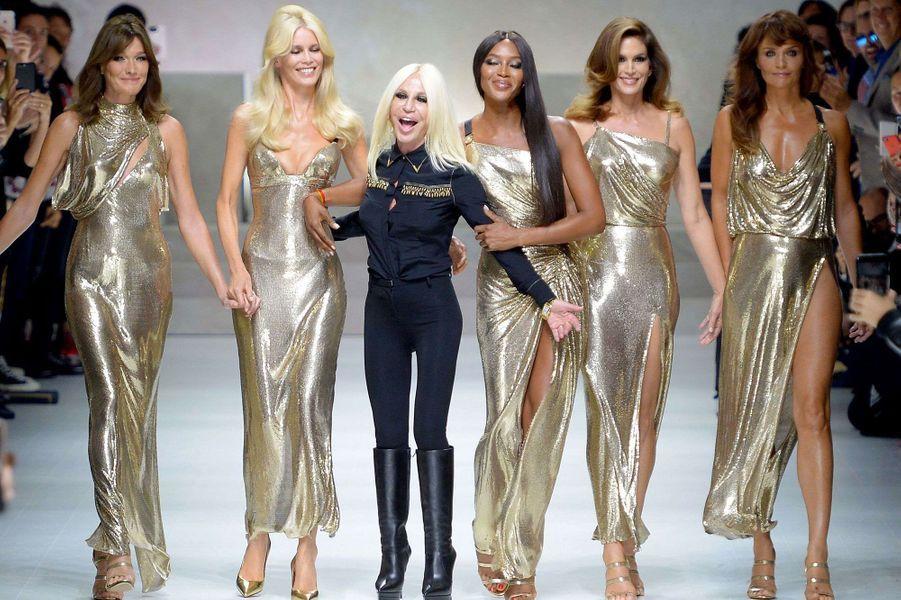 Carla Bruni, Claudia Schiffer, Naomi Campbell, Cindy Crawford et Helena Christensen, accompagnéesdeDonatella Versace,sur le podium du défilé Versace.