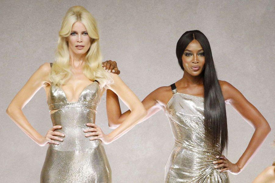Claudia Schiffer et Naomi Campbell sur le podium du défilé Versace.