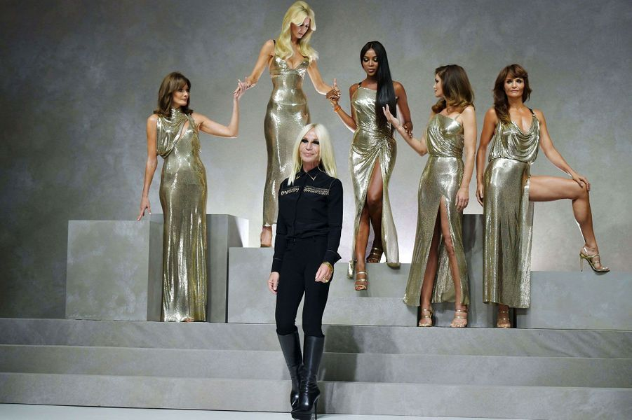 Carla Bruni, Claudia Schiffer, Naomi Campbell, Cindy Crawford et Helena Christensen, sur le podium du défilé Versace.