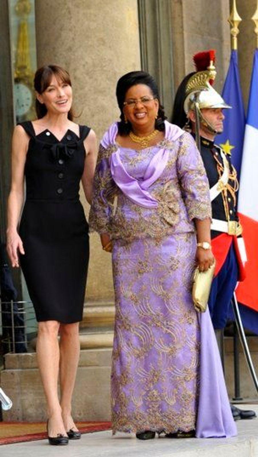 Avant les célébrations du 14-Juillet 2010, qui ont mis l'Afrique à l'honneur, Carla Bruni-Sarkozy recevait (toujours en Dior) à l'Elysée les compagnes de dix chefs d'Etat africains à l'heure du thé.