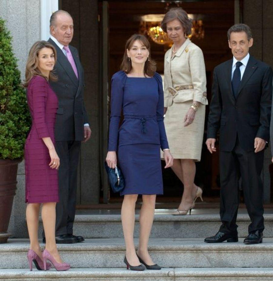 Quelques jours avant l'arrivée de Carla Bruni et Nicolas Sarkozy en Espagne en mai 2009, les médias espagnols se sont passionnés pour le duel glamour qu'allaient former la première dame de France et son homologue espagnole, l'ancienne journaliste de 36 ans (Carla en avait alors 41), Letizia Ortiz. Bilan réussi: la presse ibérique s'est amusée des similitudes entre les deux jeunes femmes -à part les talons, que le top s'est toujours appliqué à ne pas avoir trop hauts...