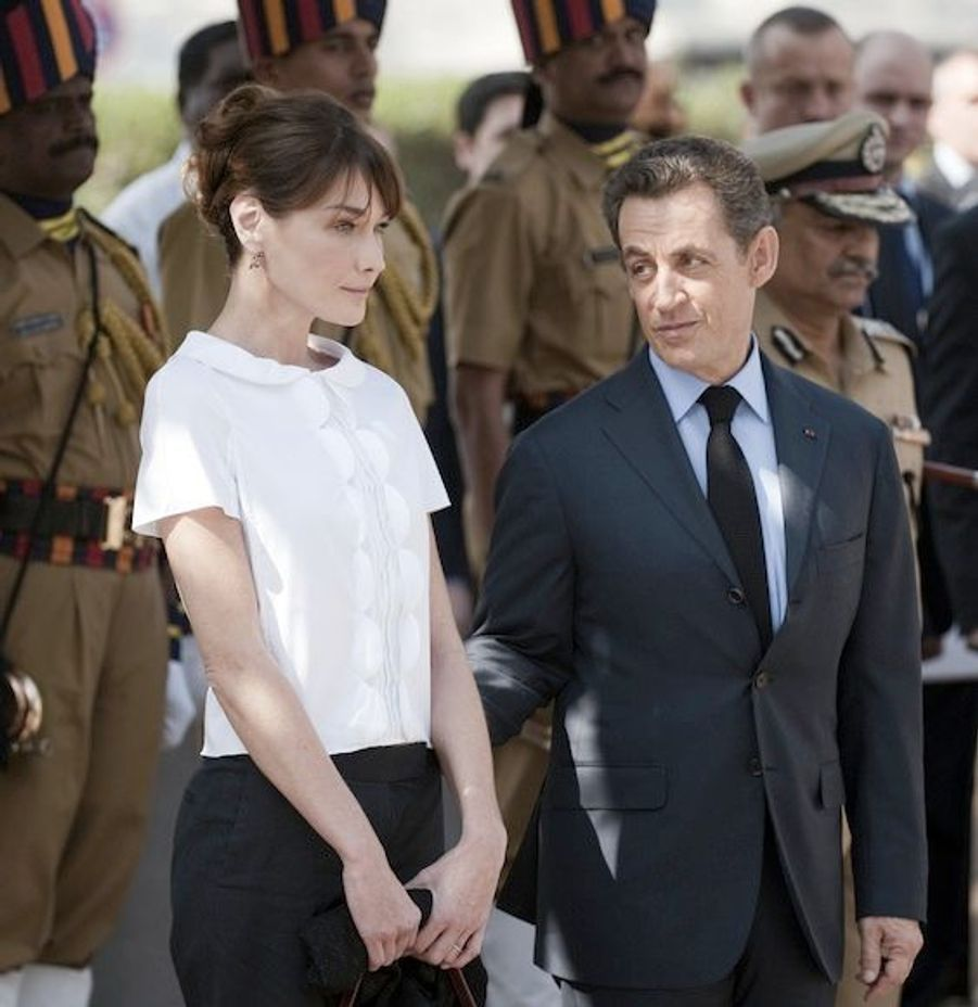 A la cérémonie en mémoire des victimes des attentats de Mumbai, Carla Bruni portait un pantalon noir et chemisier col Claudine BCBG qui a fait l'unanimité.